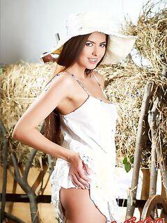 Голая девушка на сеновале. Смотреть эротические фото.