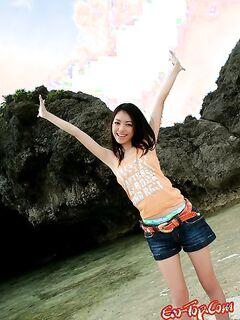 Aino Kishi - молодая сексуальная азиаточка с мохнатой киской.