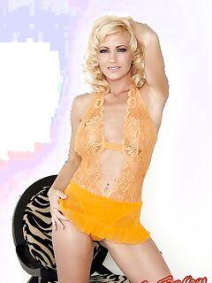 Cody Love играет с мокрой киской  Эротика. Смотреть фото красивых голых девушек бесплатно