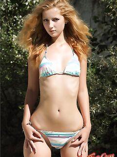 Молоденькая голая блондиночка. Смотреть фото.