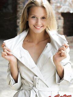 Эксгибицианистка в плаще  Эротика. Смотреть фото красивых голых девушек бесплатно