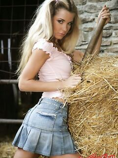 Голая девушка на сене  Эротика. Смотреть фото красивых голых девушек бесплатно