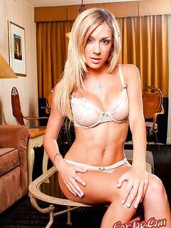 - прекрасная блондинка показывает киску. Смотреть фото.