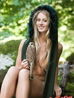 Девушка с птицей  Эротика. Смотреть фото красивых голых девушек бесплатно