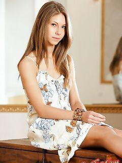 Молодая девушка сняла платье. Смотреть фото.