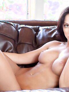 Милая голая девушка . Фото.