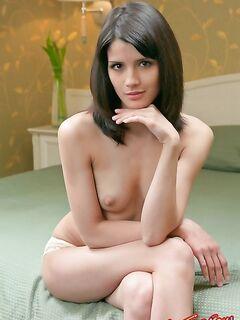 Голая девушка на кровати. Фото.