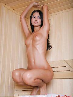 Голая девушка в сауне. Фото.