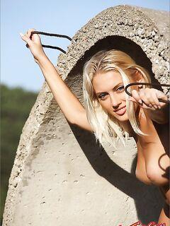 Голая девушка на бетоне. Фото эротика.