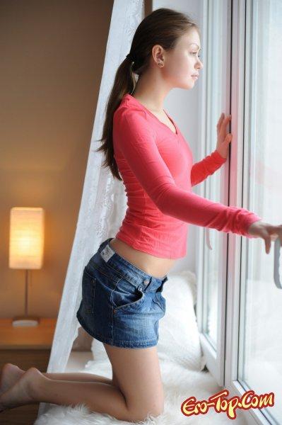 Голая девушка на подоконнике  Эротика. Смотреть фото красивых голых девушек бесплатно