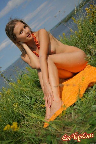 Летние фото голой девушки загарающей в траве