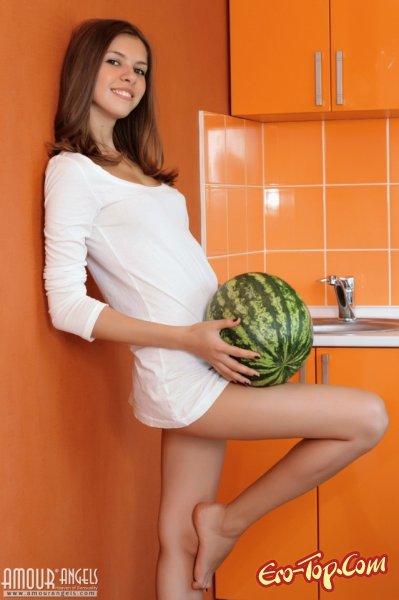 Молодая, голая девушка на кухне с арбузом. Смотреть фото.
