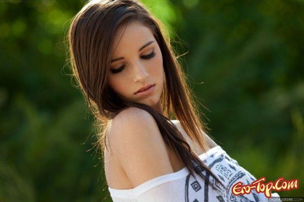 Молодая красотка с гладкой киской. Фото.