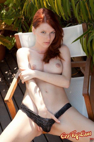 Mia Sollis - голая девушка, рыженькая и с веснушками.