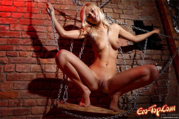Хрупкая голая девушка в цепях. Смотреть фото.
