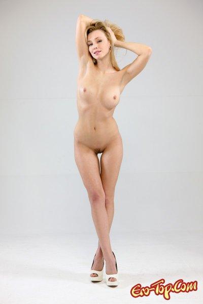 Аппетитная блондинка сняла трусики. Смотреть фото.