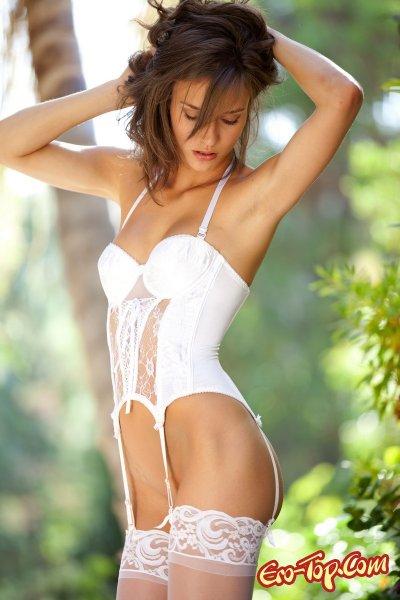 Malena Morgan в белом кружевном белье. Эротические фото.