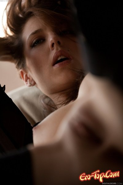 Kiera Winters в сапогахна высокой шпильке и по колено.