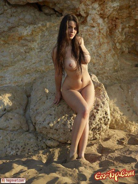 Девушка с огромной грудью. Смотреть эротические фото.