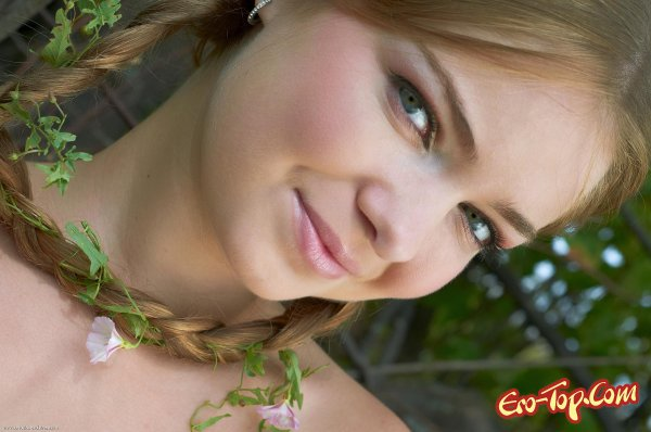 Голая русская девушка в поле. Смотреть фото.