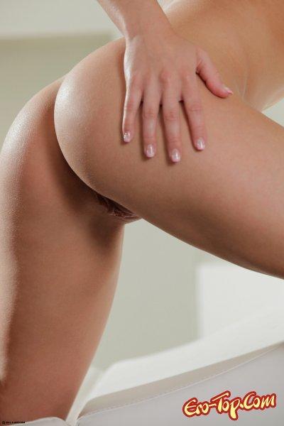 Сексуальная блондинка Kristen сняла белые, кружевные трусики.