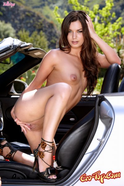 Amber Addison голая в машине - фото.