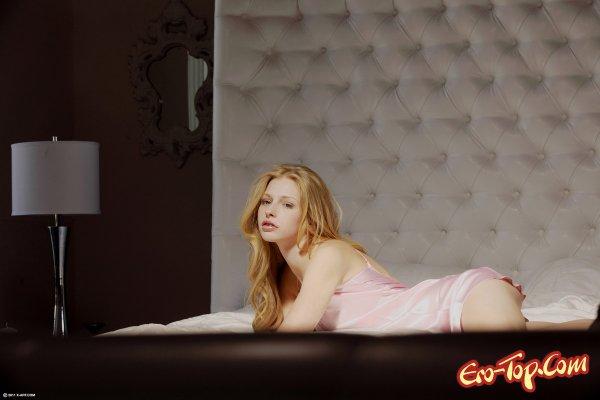 Девушка в пеньюаре мастурбирует  Эротика. Смотреть фото красивых голых девушек бесплатно