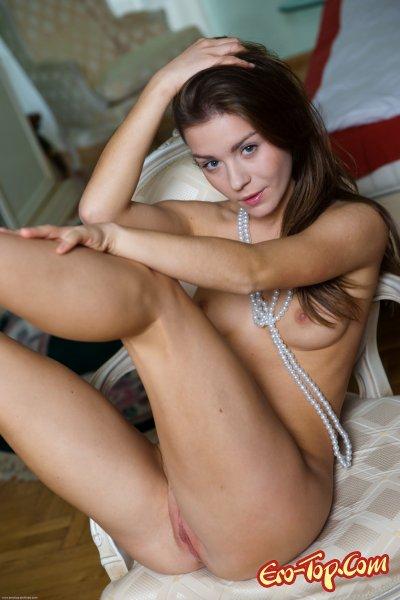 Молодая показала киску  Эротика. Смотреть фото красивых голых девушек бесплатно