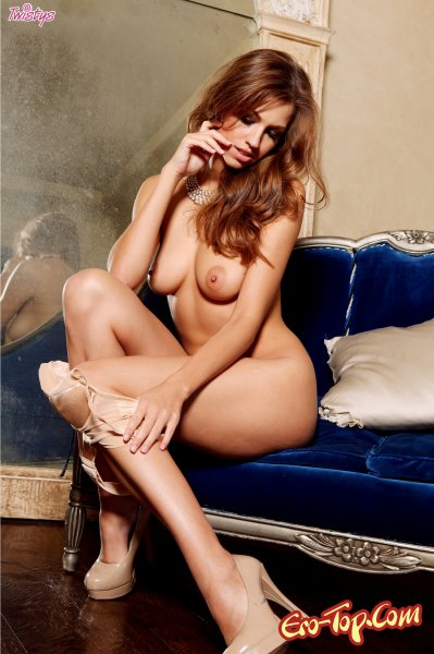 Голая на бархатном диване  Эротика. Смотреть фото красивых голых девушек бесплатно