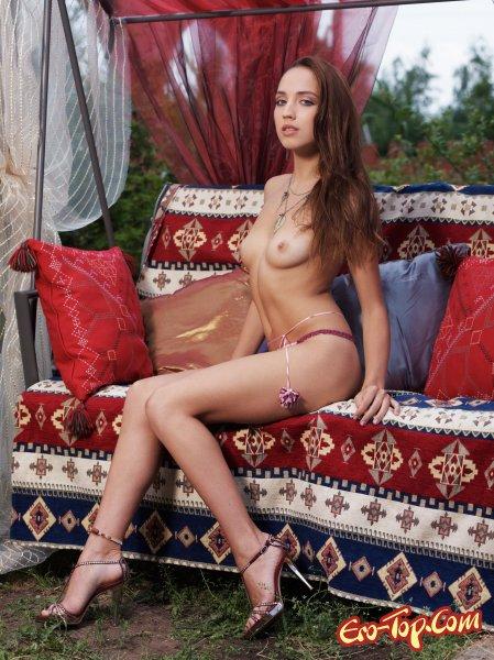 Голая девушка на качелях  Эротика. Смотреть фото красивых голых девушек бесплатно