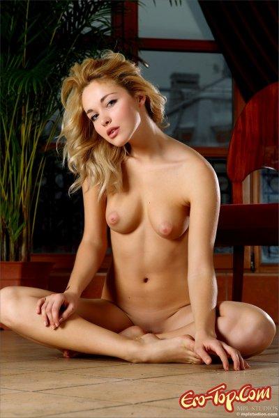 Голая блондинка на стуле  Эротика. Смотреть фото красивых голых девушек бесплатно