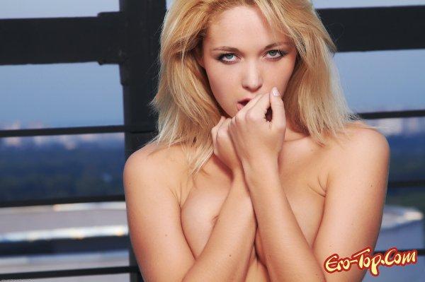 Таинственная голая блондинка  Эротика. Смотреть фото красивых голых девушек бесплатно