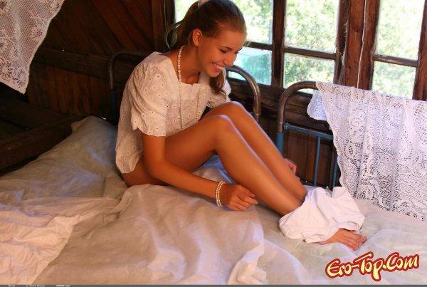 Молодая голая блондинка в перьях  Эротика. Смотреть фото красивых голых девушек бесплатно