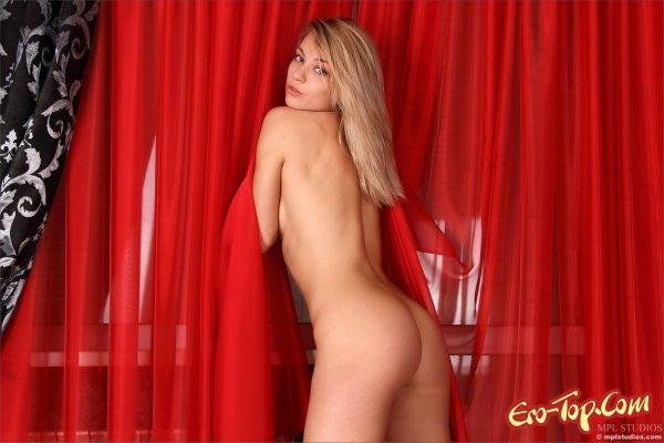 Голая блондинка с шикарной попкой. Смотреть фото.