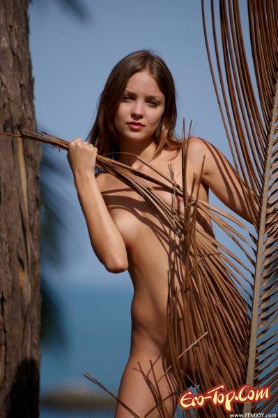 Молодая голая девушка на природе. Смотреть фото.