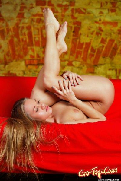 Голая, молодая блондинка с красивым личиком и фигуркой. Фото.