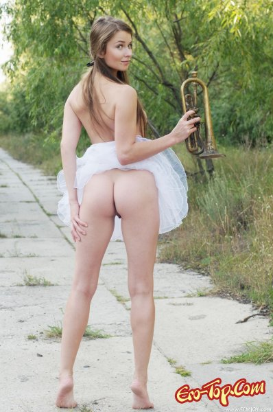 Голая музыкантка Milana B.  Эротика. Смотреть фото красивых голых девушек бесплатно