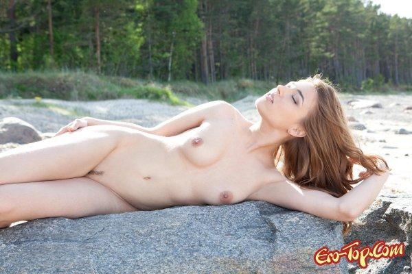 Голая девушка на берегу  Эротика. Смотреть фото красивых голых девушек бесплатно