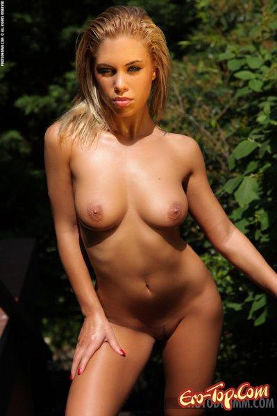 Orsy State - Блондинка в красном бикини. Смотреть фото.