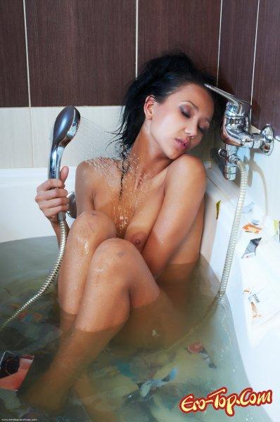 Соблазнительная брюнетка в ванной  Эротика. Смотреть фото красивых голых девушек бесплатно