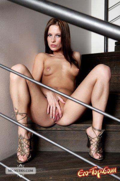 Красуется голой на лестнице  Эротика. Смотреть фото красивых голых девушек бесплатно
