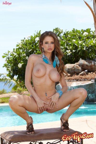 Emily Addison у бассейна  Эротика. Смотреть фото красивых голых девушек бесплатно
