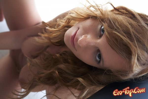 Голая с вьющимися волосами  Эротика. Смотреть фото красивых голых девушек бесплатно