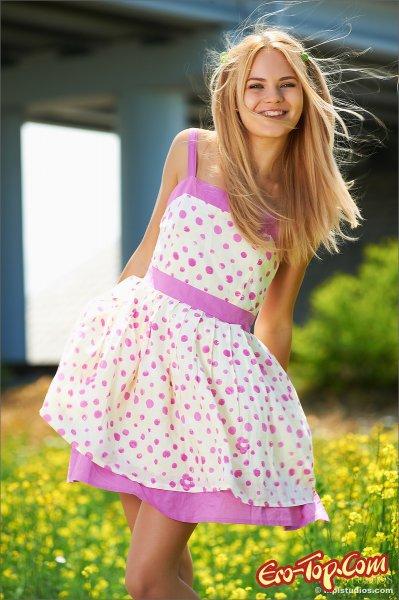 Яркие фото голой блондинки летом, среди цветов.