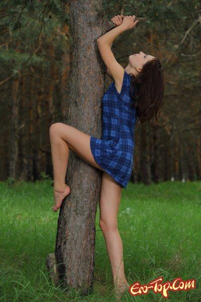 Голая девушка на лесной дороге. Смотреть фото.
