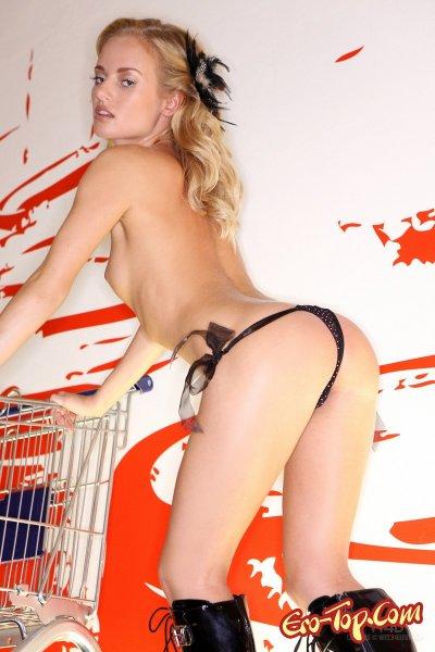 Шоппинг без одежды. Смотреть фото голой покупательницы.