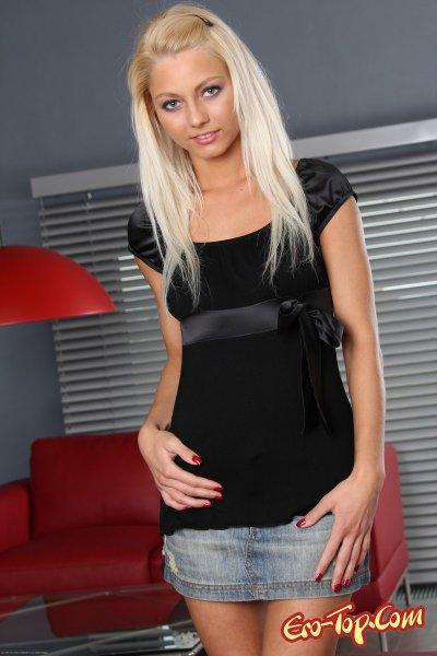 - молодая блондинка с красивым телом. Смотреть фото.