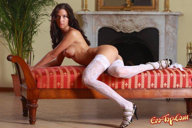 Голая брюнетка в белых чулках  Эротика. Смотреть фото красивых голых девушек бесплатно