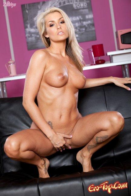 Natasha Marley - голая развратная блондинка. Фото.