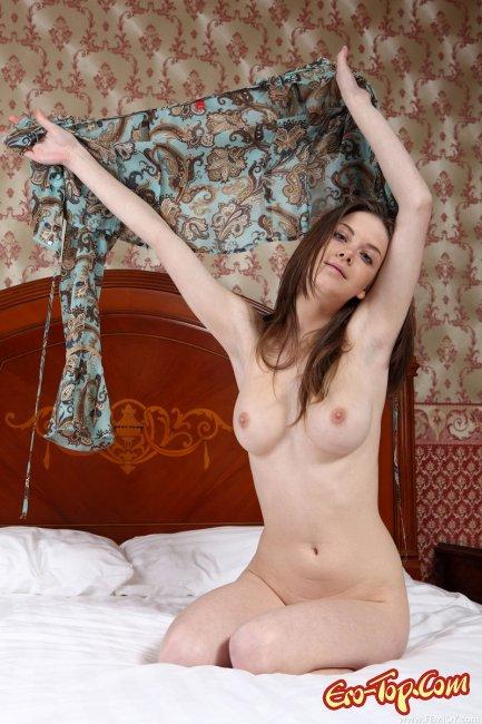 Красивая голая девушка на кровати. Фото.